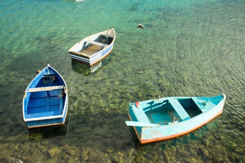 små båtar i hamen lanzarote