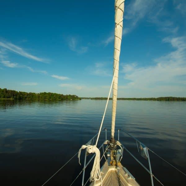 båtens för i stilla vatten