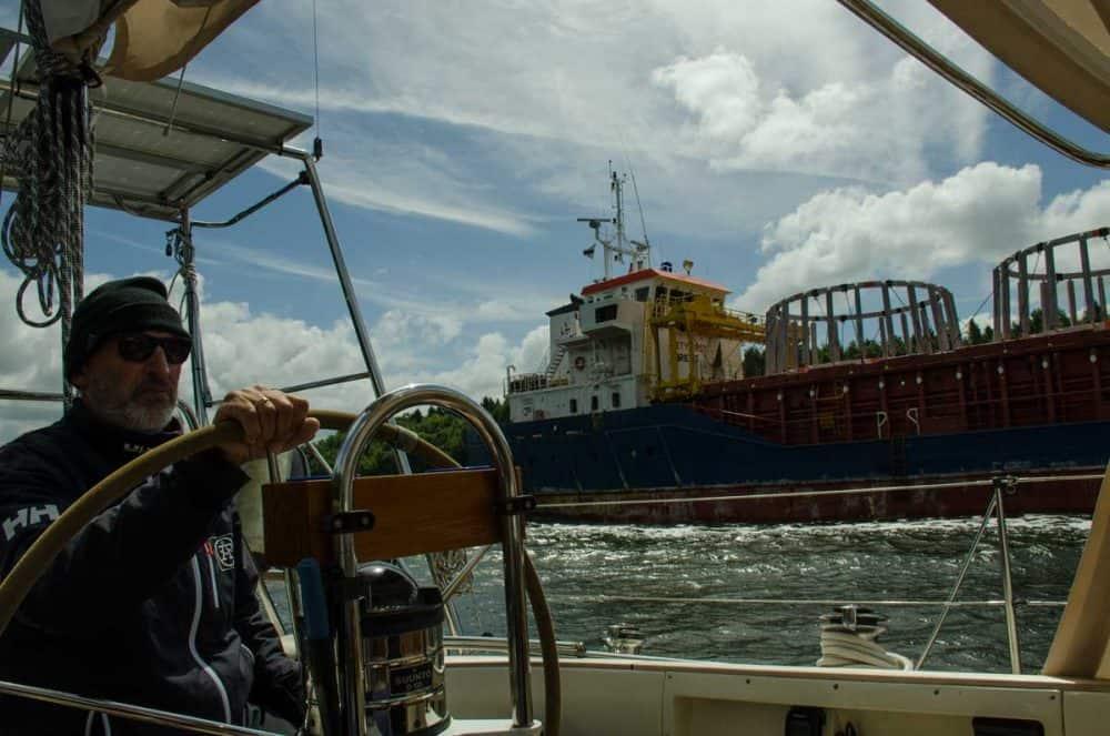 man styr båt