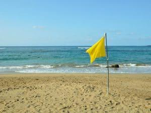 gul flagga strand