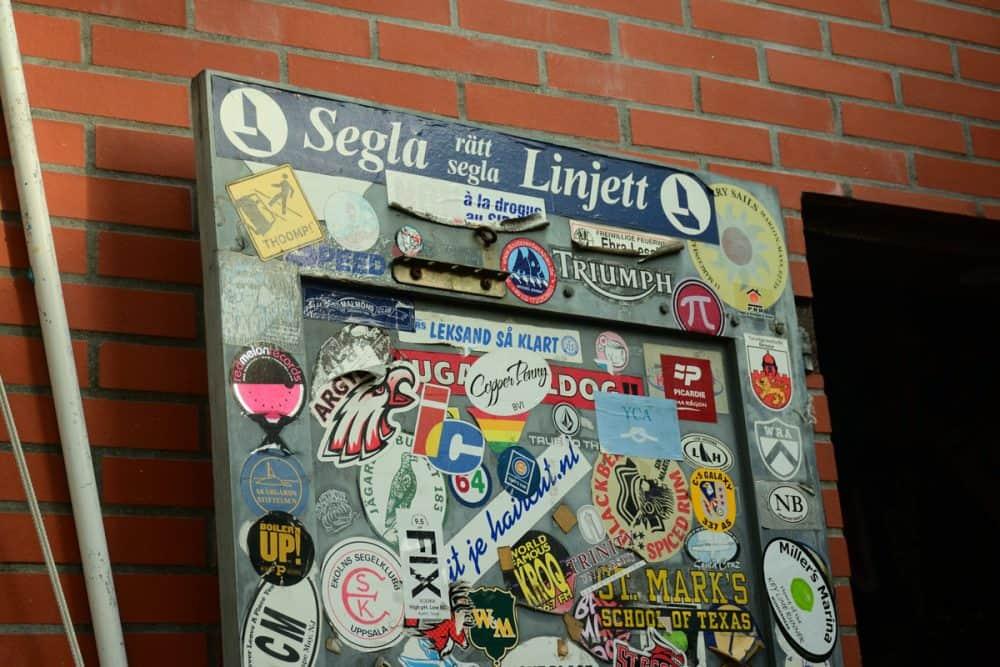 klistermärken på dörr